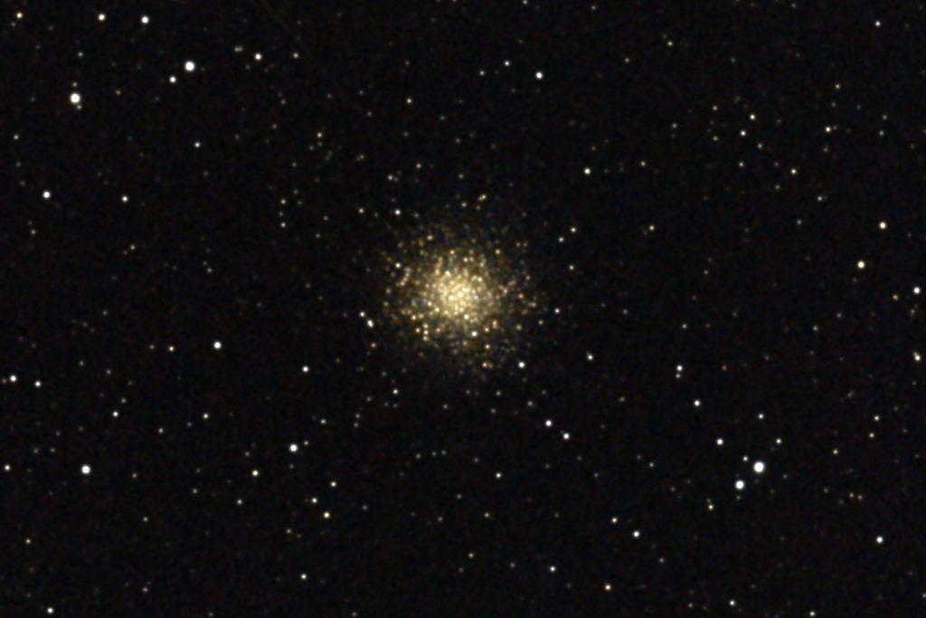 2017年04月24日03時59分48秒から15.2cmF5の反射望遠鏡「ミードLXD-55」とリコーの一眼レフカメラPENTAX-KPでISO25600/露出20秒で撮影して10枚を加算平均コンポジットしたフルサイズ換算約3699mmのM14(球状星団)のメシエ天体写真です。