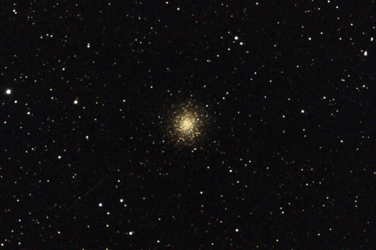 口径15.2cm反射望遠鏡(LXD-55)/F5/PENTAX-KP/ISO25600/カメラのダーク減算処理/ソフトビニングフラット補正/露出20秒×10枚を加算平均コンポジットした2017年04月24日03時59分48秒から撮影したM14(球状星団)のメシエ天体写真です。