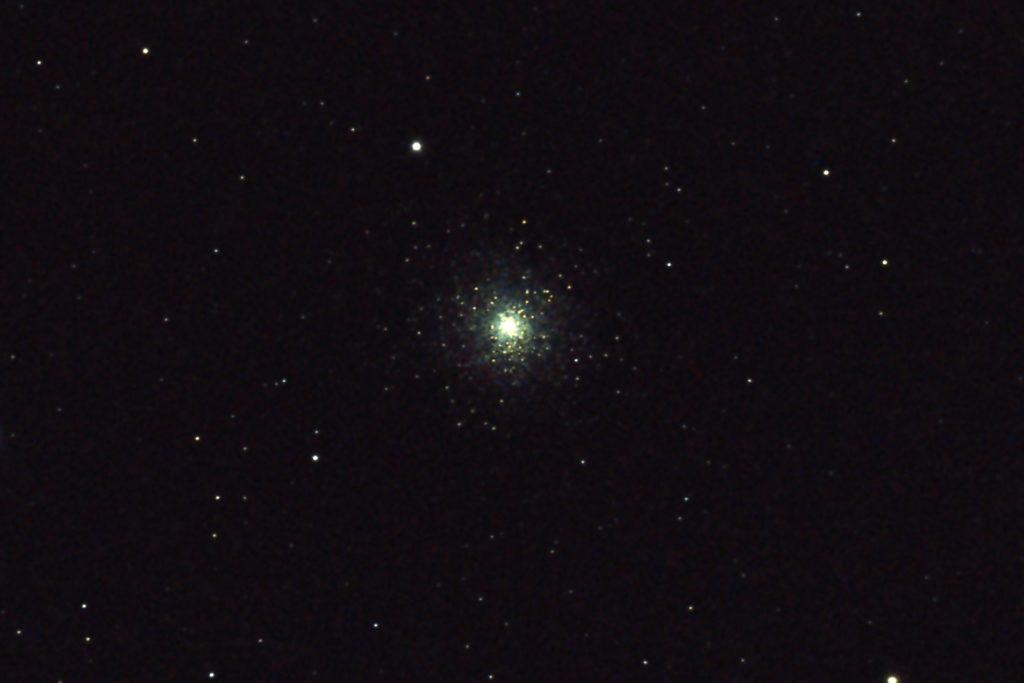 2017年08月23日02時17分55秒から15.2cmF5の反射望遠鏡ミードLXD-55とリコーの一眼レフカメラPENTAX-KPでISO25600/露出8秒で撮影して7枚を加算平均コンポジットしたフルサイズ換算約3609mmのM15(球状星団)のメシエ天体写真です。