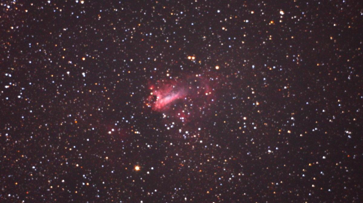 口径25cm/f4.8/EOS KISS x2/ISO1600/露出300秒×2枚を加算平均コンポジットしたM17(オメガ星雲)の写真です。