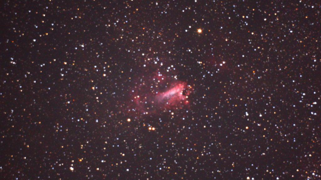 口径11cm/f4.5/EOS KISS x2/ISO1600/露出300秒×2枚を加算平均コンポジットしたM17(オメガ星雲)の写真です。