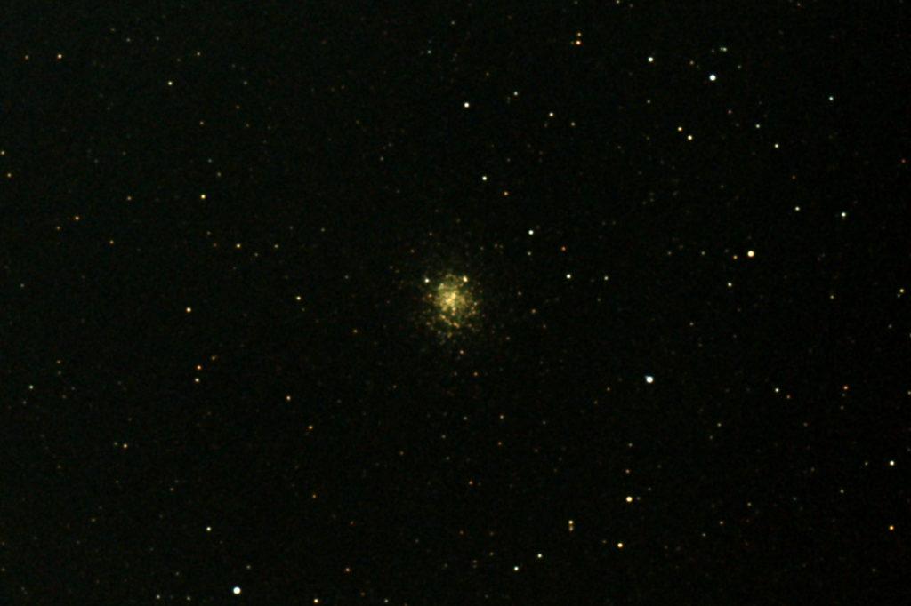 2017年08月30日20時59分50秒から15.2cmF5の反射望遠鏡「ミードLXD-55」とリコーの一眼レフカメラPENTAX-KPでISO25600/露出6秒で撮影して16枚を加算平均コンポジットしたフルサイズ換算約3577mmのM19のメシエ天体写真です。