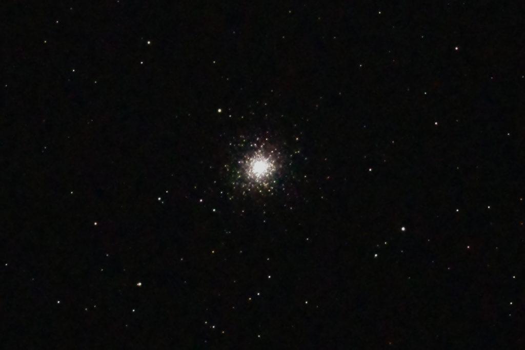 2017年8月2日02時24分08から15.2cmF5の反射望遠鏡ミードLXD-55とリコーの一眼レフカメラPENTAX-KPでISO25600/露出15秒のJEPG撮って出し1枚で撮影したフルサイズ換算約3585mmのM2のメシエ天体写真です。