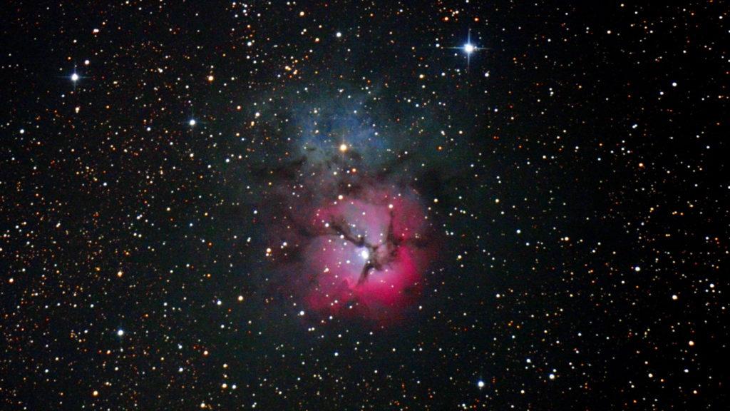 2013年08月02日23時14分55秒から国際光器の25cmF4.8の反射望遠鏡WHITEY DOBとキャノンの一眼レフカメラEOS KISS x2でISO1600/露出130秒で撮影して2枚を加算平均コンポジットしたフルサイズ換算約2344mmのM20(三裂星雲)のメシエ天体写真です。