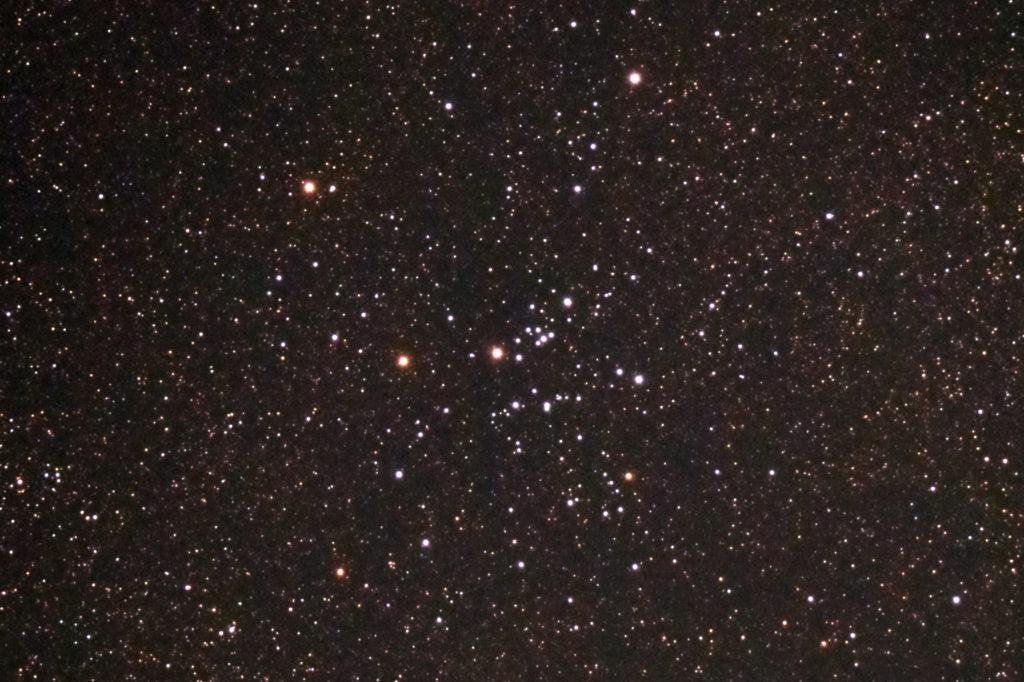 2018年08月22日21時10分34秒から15.2cmF5の反射望遠鏡LXD-55とリコーの一眼レフカメラPENTAX KPでISO25600/露出15秒で撮影して15枚を加算平均コンポジットしたフルサイズ換算約2302mmのM25(散開星団)のメシエ天体写真です。