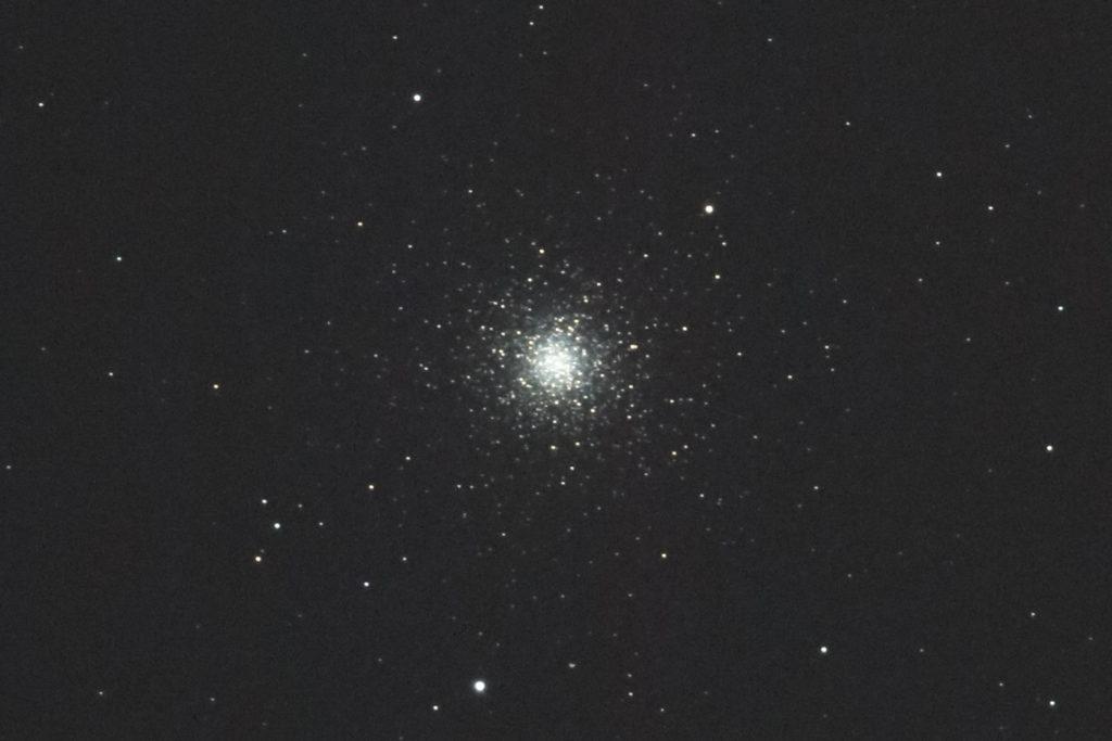 2017年01月04日21時04分03秒からミードの口径15.2cmF5の反射望遠鏡LXD-55とキャノンの一眼レフカメラEOS KISS X7iでISO6400/露出30秒で撮影して10枚を加算平均コンポジットしたフルサイズ換算約3289mmのM3(球状星団)のメシエ天体写真です。