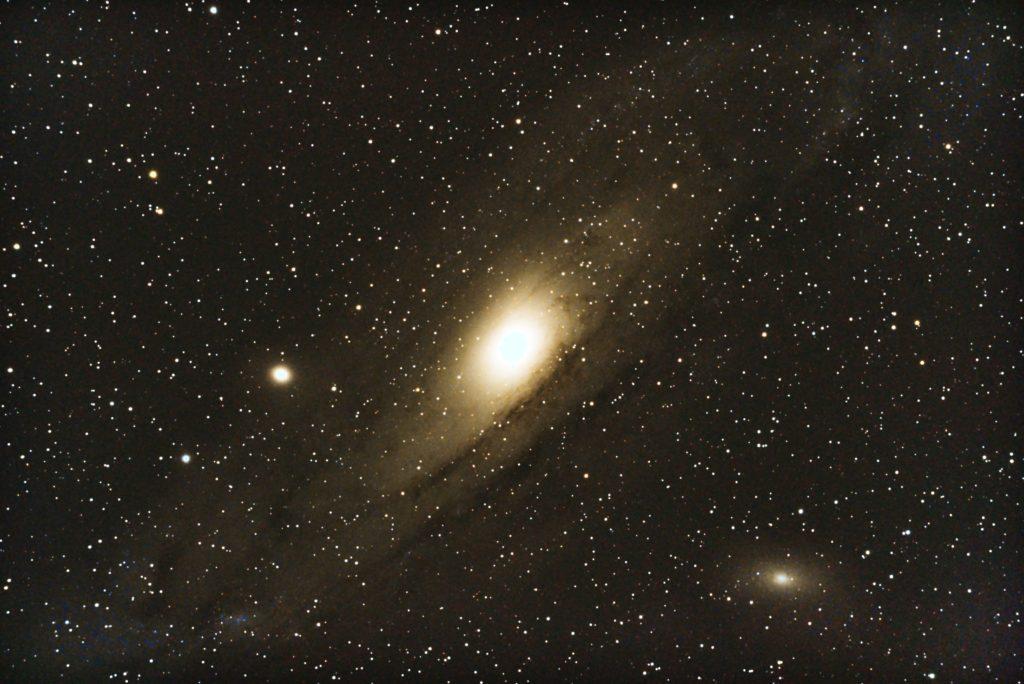 口径15.2cm反射望遠鏡(LXD-55)/F5/PENTAX-KP/ISO25600/カメラのダーク減算処理/ソフトビニングフラット補正/リアレゾOFF/露出20秒×16枚を加算平均コンポジットした2017年08月30日23時20分05秒から撮影したM31(アンドロメダ銀河)のメシエ天体写真です。
