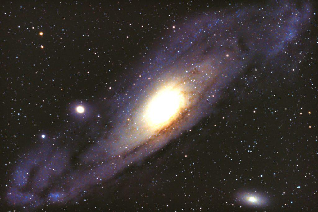 口径15.2cm反射望遠鏡(LXD-55)/F5/PENTAX-KP/ISO25600/カメラダーク/ソフトビニングフラット補正/リアルレゾリューションON/露出20秒×32枚を加算平均コンポジットした2017年11月15日19時47分42秒から撮影したM31(アンドロメダ銀河)のメシエ天体写真です。