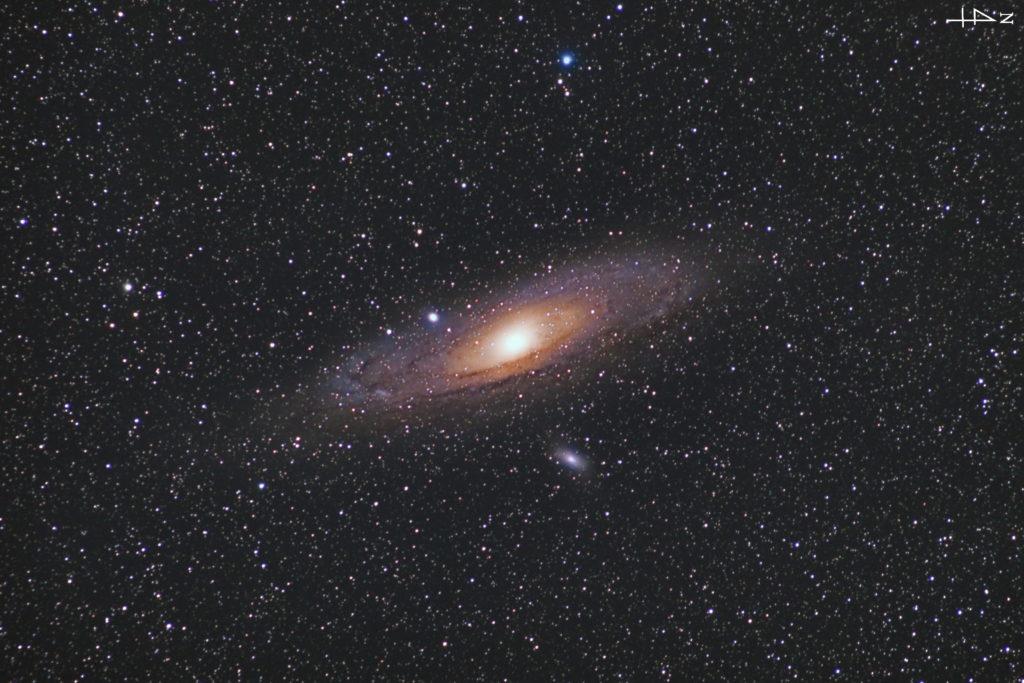 2020年10月20日22時23分06秒からシグマのズームレンズ「APO70-200mm F2.8 EX DG OS HSM」とCANONの一眼レフカメラのEOS KISS X2の赤外線改造カメラでISO1600/F2.8/露出2分で撮影して57枚を加算平均コンポジットしたフルサイズ換算約520mmのM31(アンドロメダ銀河)の天体写真です。