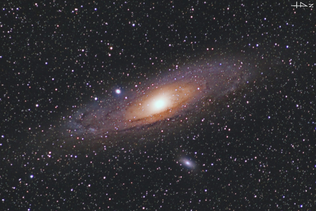 2020年10月20日22時23分06秒からシグマのズームレンズ「APO70-200mm F2.8 EX DG OS HSM」とCANONの一眼レフカメラのEOS KISS X2の赤外線改造カメラでISO1600/F2.8/露出2分で撮影して57枚を加算平均コンポジットしたフルサイズ換算約849mmのM31(アンドロメダ銀河)の天体写真です。