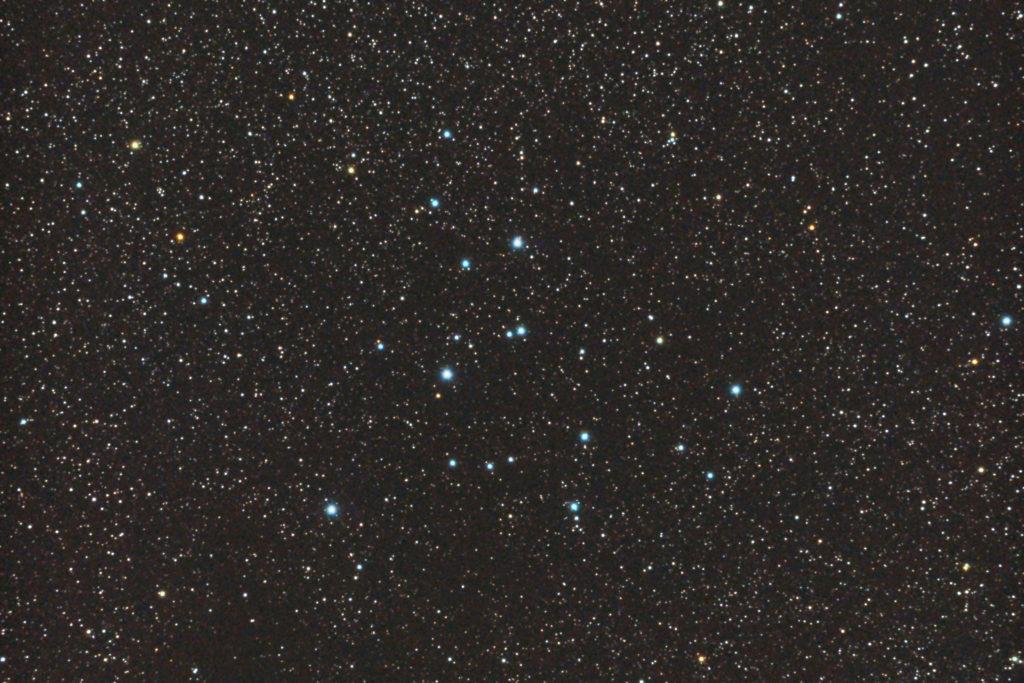 2017年08月23日01時36分53秒から15.2cmF5の反射望遠鏡「ミードLXD-55」とリコーの一眼レフカメラPENTAX-KPでISO25600/露出15秒で撮影して10枚を加算平均コンポジットしたフルサイズ換算約1148mmのM39のメシエ天体写真です