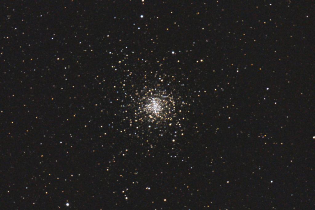 2017年04月24日01時56分04秒か15.2cmF5の反射望遠鏡ミードLXD-55とキャノンの一眼レフカメラEOS KISS X7iでISO25600/露出20秒で撮影して14枚を加算平均コンポジットしたフルサイズ換算約2296mmのM4(球状星団)のメシエ天体写真です。