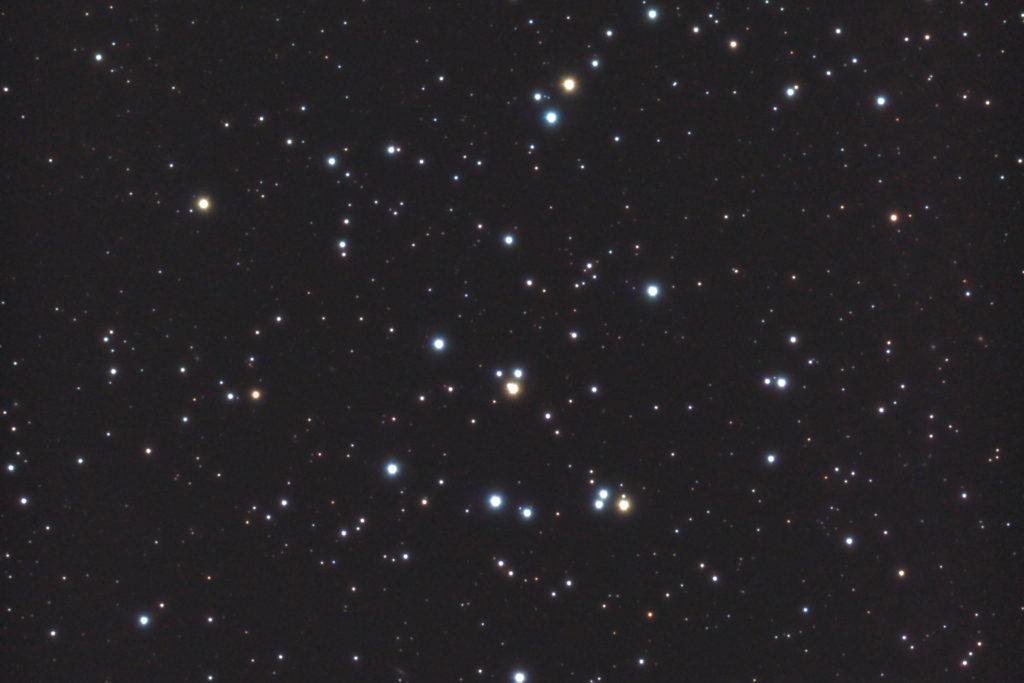 2017年10月27日03時25分21秒から反射望遠鏡ミードLXD55と一眼レフカメラのリコーPENTAX KPでISO51200/露出10秒で撮影して32枚を加算平均コンポジットしたフルサイズ換算約1777mmのM44(プレセペ星団)のメシエ天体写真です。
