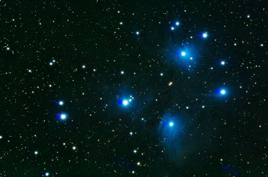 2017年09月25日02時37分51秒から反射望遠鏡のミードLXD-55と一眼レフカメラのリコーPENTAX-KPでISO25600/露出20秒で撮影して32枚を加算平均コンポジットしたM45(すばる・プレアデス星団)のメシエ天体写真です。