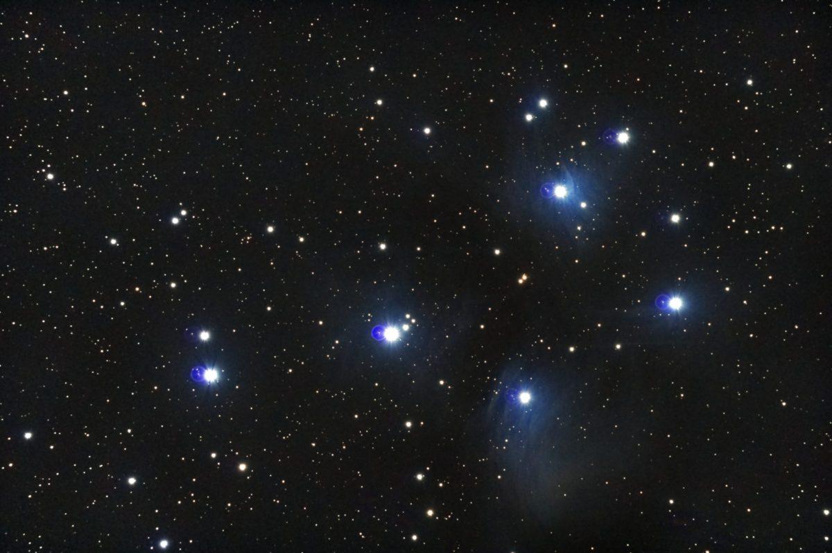 口径15.2cm反射望遠鏡(LXD-55)/F5/PENTAX-KP/ISO25600/カメラダーク/ソフトビニングフラット補正/リアルレゾリューションOFF/露出20秒×14枚を加算平均コンポジットした2017年09月25日02時37分51秒から撮影したM45(すばる・プレアデス星団)のメシエ天体写真です。
