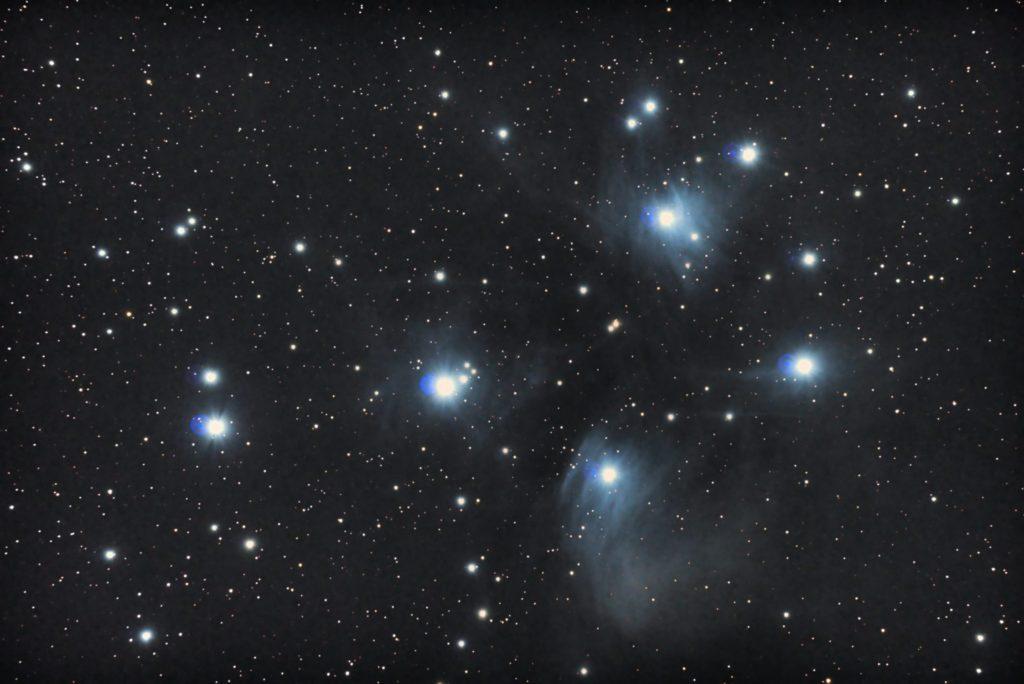 2017年10月27日00時15分54秒から反射望遠鏡のミードLXD-55と一眼レフカメラのリコーPENTAX-KPでISO51200/露出25秒で撮影して24枚を加算平均コンポジットしたM45(すばる・プレアデス星団)の天体写真です。