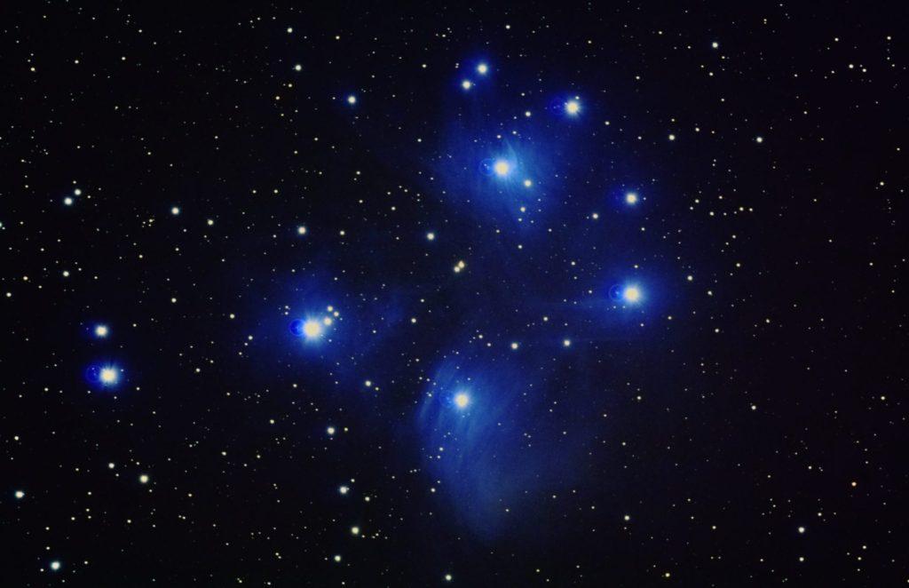 2017年11月15日22時28分48秒から反射望遠鏡のミードLXD-55と一眼レフカメラPENTAX-KPでISO25600/リアルレゾリューションONで露出20秒で撮影して4枚を加算平均コンポジットしたM45(すばる・プレアデス星団)のメシエ天体写真です。
