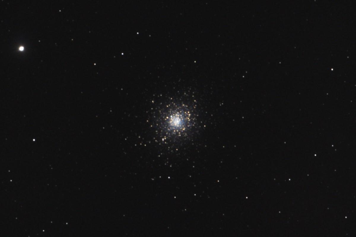 口径15.2cm反射望遠鏡(LXD-55)/F5/PENTAX-KP/ISO12800/30sec/ダーク減算なし/ソフトビニングフラット補正/リアレゾOFF/露出30秒×101枚を加算平均コンポジットした2017年01月04日04時15分48秒から撮影したM5(球状星団)のメシエ天体写真です。