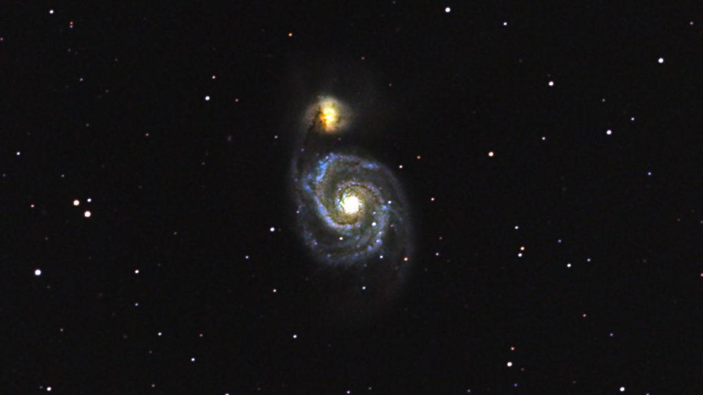 口径15.2cm反射望遠鏡(LXD-55)/F5/PENTAX-KP/ISO51200/ダーク減算なし/ソフトビニングフラット補正/リアレゾOFF/露出20秒×169枚を加算平均コンポジットした2018年03月14日02時45分02秒から撮影したM51(子持ち銀河)のメシエ天体写真です。
