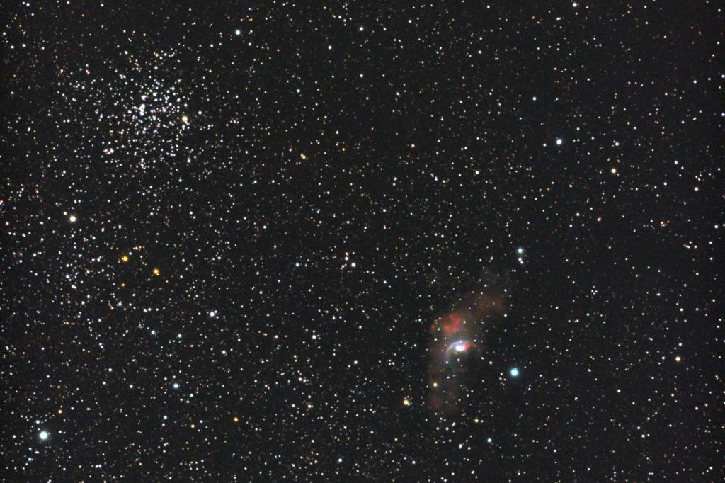 2017年09月25日00時22分44秒から15.2cmF5の反射望遠鏡ミードLXD-55とリコーの一眼レフカメラPENTAX-KPでISO25600/露出20秒で撮影して31枚を加算平均コンポジットしたフルサイズ換算約1725㎜の【左上】M52と【右下】NGC7635(バブル星雲)の天体写真です。