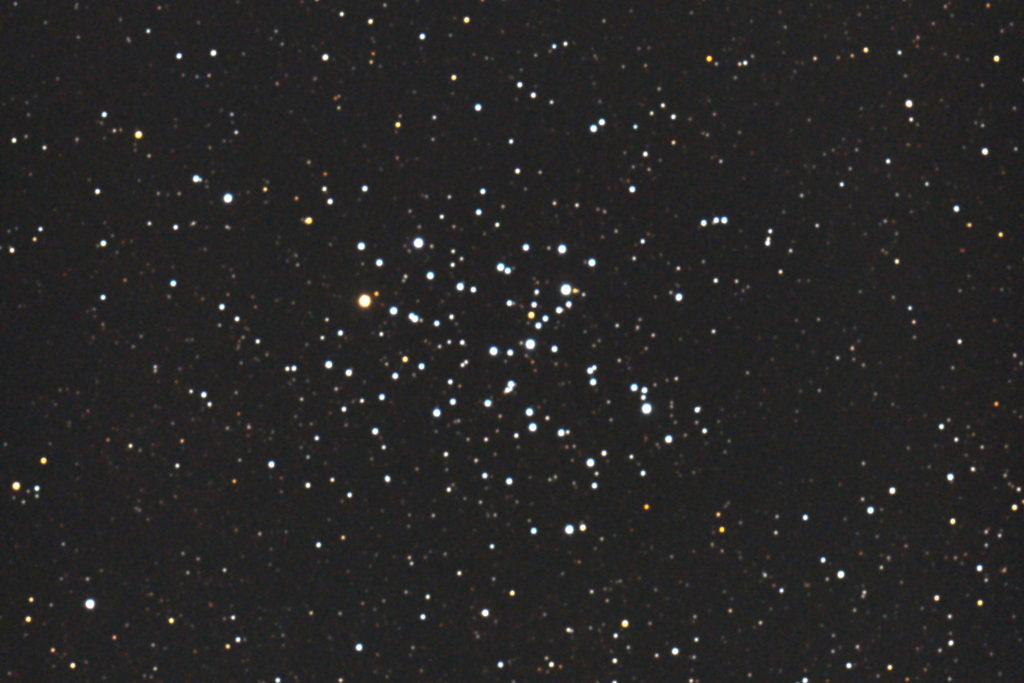 2017年05月01日01時30分06秒から15.2cmF5の反射望遠鏡ミードLXD-55とキャノンの一眼レフカメラEOS X7iでISO6400/露出45秒で撮影して7枚を加算平均コンポジットしたフルサイズ換算約1980mmのM6(散開星団)のメシエ天体写真です。