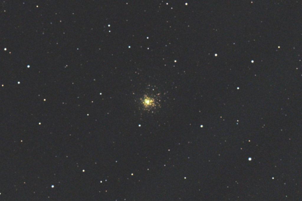 2017年08月30日02時50分24秒から15.2cmF5の反射望遠鏡「ミードLXD-55」とリコーの一眼レフカメラPENTAX-KPでISO12800/露出4秒で撮影した14枚を加算平均コンポジットしたフルサイズ換算約3581mmのM62のメシエ天体写真です。