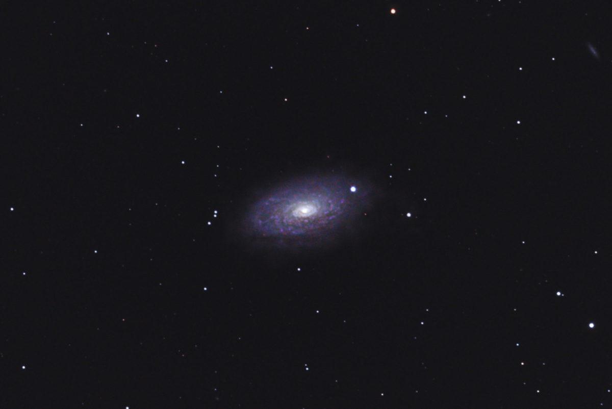 口径15.2cm反射望遠鏡(LXD-55)/F5/PENTAX-KP/ISO25600/ダーク減算なし/ソフトビニングフラット補正/リアレゾOFF/露出40秒×68枚を加算平均コンポジットした2018年04月13日00時31分51秒から撮影したM63(ひまわり銀河)のメシエ天体写真です。