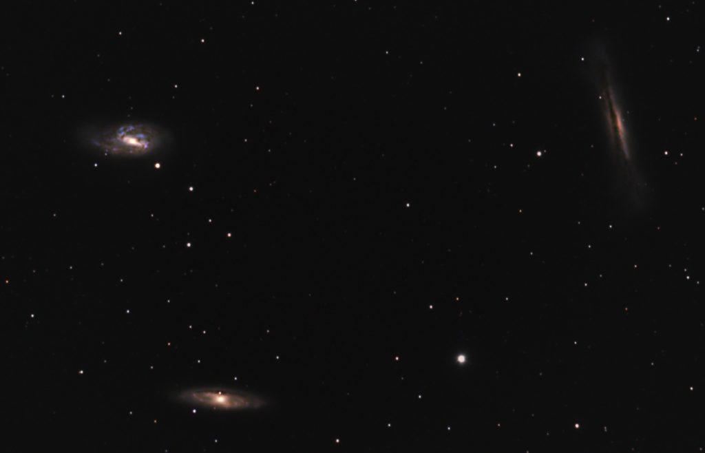 口径15.2cm反射望遠鏡(LXD-55)/F5/PENTAX-KP/ISO25600/ダーク減算なし/ソフトビニングフラット補正/リアレゾOFF/露出30秒×114枚を加算平均コンポジットした2018年04月18日21時07分51秒から撮影したM65-M66-NGC3628(しし座の三つ子銀河)の天体写真です。