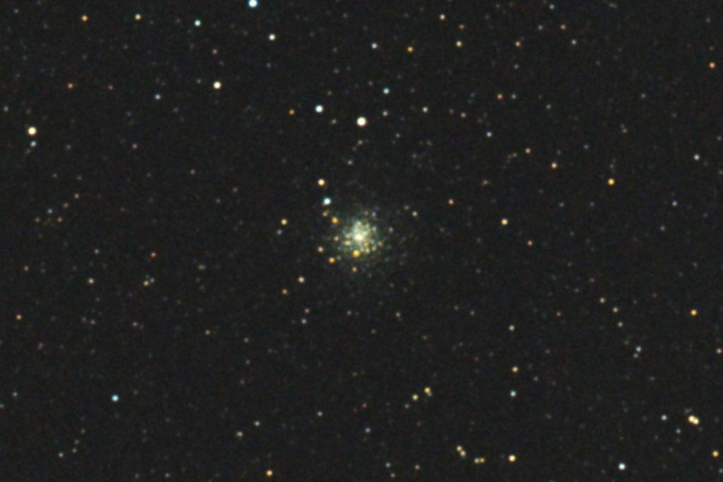 口径15.2cm反射望遠鏡(LXD-55)/F5/PENTAX-KP/ISO25600/カメラダーク/ソフトビニングフラット/露出3秒×32枚を加算平均コンポジットした2017年09月24日19時43分48秒から撮影したM70(球状星団)のメシエ天体写真です。