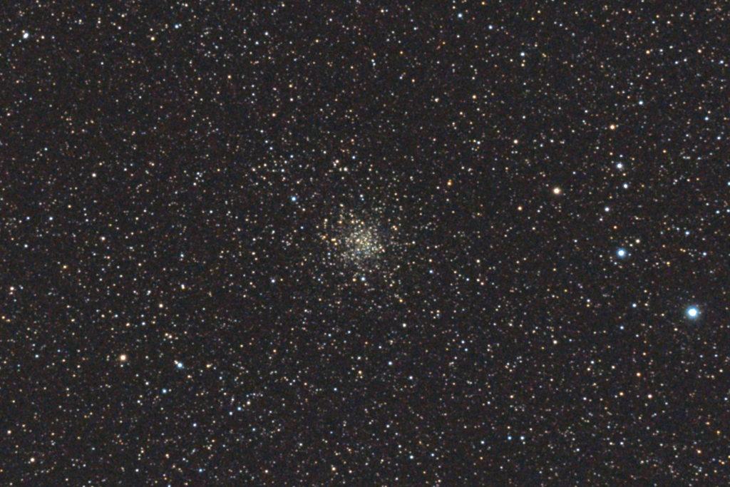 口径15.2cm反射望遠鏡(LXD-55)/F5/PENTAX-KP/ISO25600/カメラダーク/ソフトビニングフラット/露出15秒×6枚を加算平均コンポジットした2017年08月22日22時03分40秒から撮影したM71の天体写真です。