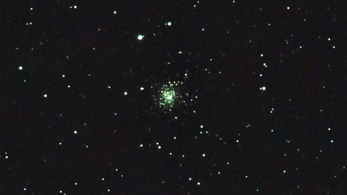 口径15.2cm反射望遠鏡(LXD-55)/F5/PENTAX-KP/ISO25600/カメラダーク/フラットエイドでフラット/露出5秒×32枚を加算平均コンポジットした2017年09月24日20時27分59秒から撮影したM72(球状星団)のメシエ天体写真です。