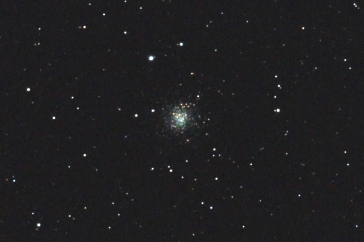 口径15.2cm反射望遠鏡(LXD-55)/F5/PENTAX-KP/ISO25600/カメラダーク/ソフトビニングフラット/露出5秒×32枚を加算平均コンポジットした2017年09月24日20時27分59秒から撮影したM72(球状星団)のメシエ天体写真です。