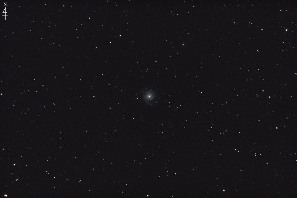 2017年09月19日02時04分46秒から15.2cmF5の反射望遠鏡ミードLXD-55とリコーの一眼レフカメラPENTAX-KPでISO25600/露出15秒で撮影して23枚を加算平均コンポジットしたフルサイズ換算約1266mmのM74のメシエ天体写真です。