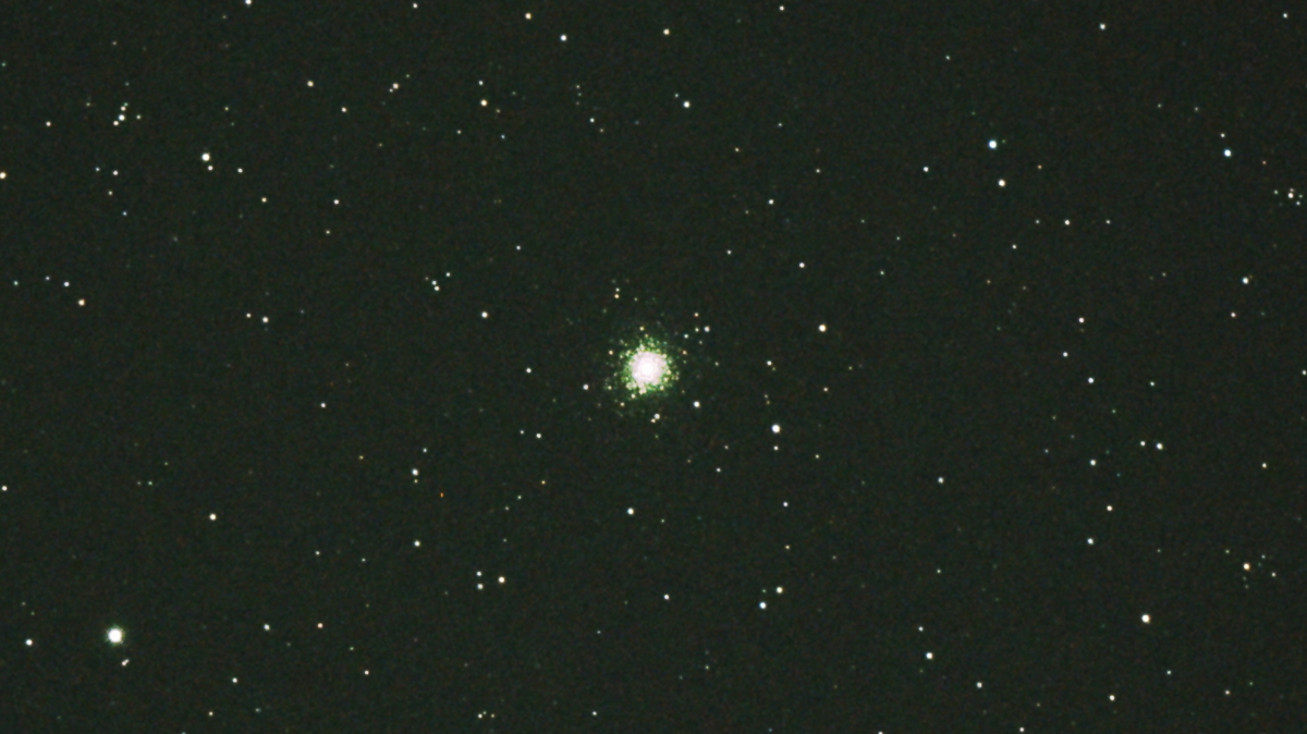 口径15.2cm反射望遠鏡(LXD-55)/F5/PENTAX-KP/ISO25600/カメラダーク/フラットエイドでフラット/露出3秒×27枚を加算平均コンポジットした2017年09月24日20時15分07秒から撮影したM75(球状星団)のメシエ天体写真です。
