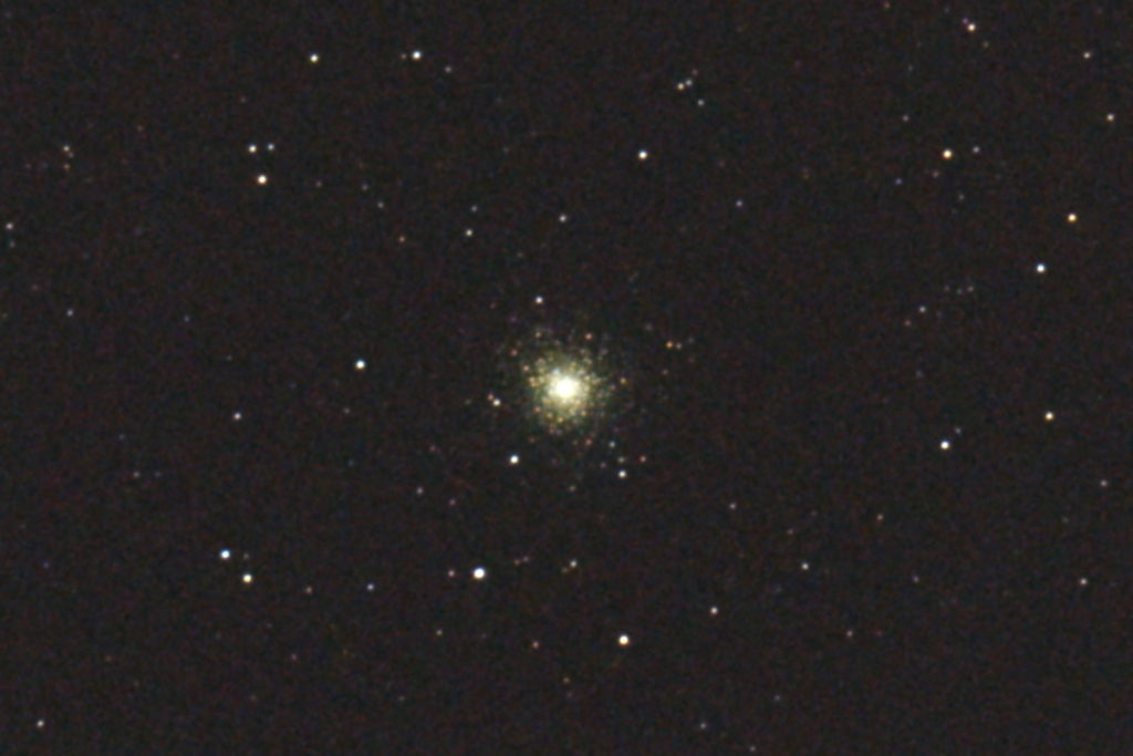 2017年09月24日20時15分07秒から15.2cmF5の反射望遠鏡「ミードLXD-55」とリコーの一眼レフカメラPENTAX-KPでISO25600/露出3秒で撮影して27枚を加算平均コンポジットしたフルサイズ換算約5725mmのM75(球状星団)のメシエ天体写真です。
