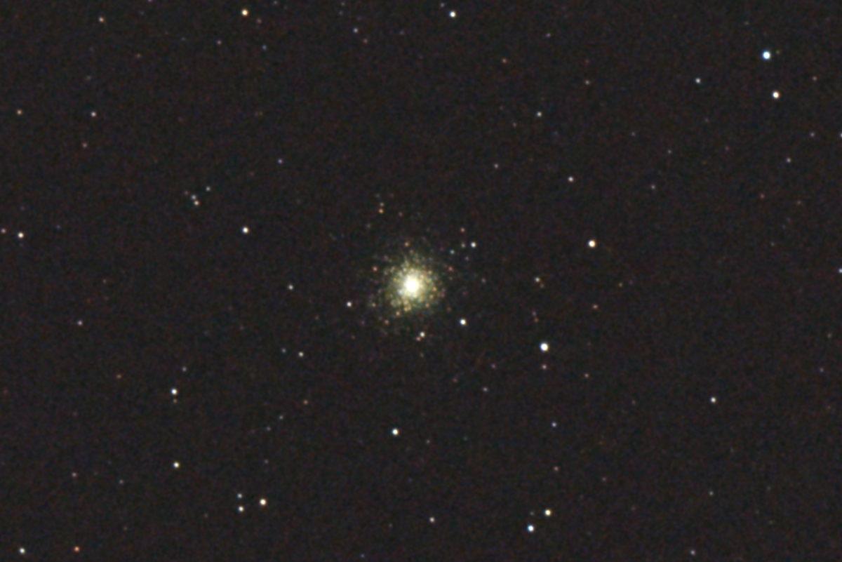 口径15.2cm反射望遠鏡(LXD-55)/F5/PENTAX-KP/ISO25600/カメラダーク/ソフトビニングフラット補正/露出3秒×27枚を加算平均コンポジットした2017年09月24日20時15分07秒から撮影したM75(球状星団)のメシエ天体写真です。