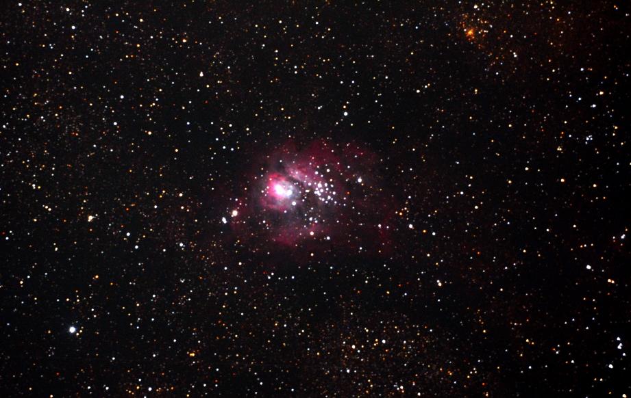 口径25cm/f4.8/EOS KISS x2/ISO1600/露出180秒を4枚加算平均コンポジットしたM8(干潟星雲)の写真です。