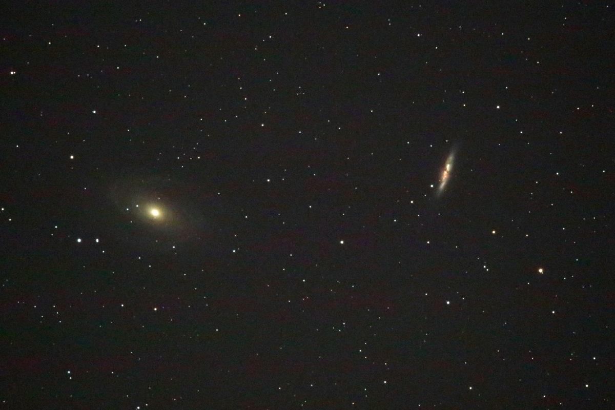 口径15.2cm反射望遠鏡(LXD-55)/F5/EOS KISS X7i/ISO6400/露出30秒×10枚を加算平均コンポジットした2017年11月15日19時47分42秒から撮影したM81(左)の天体写真です。