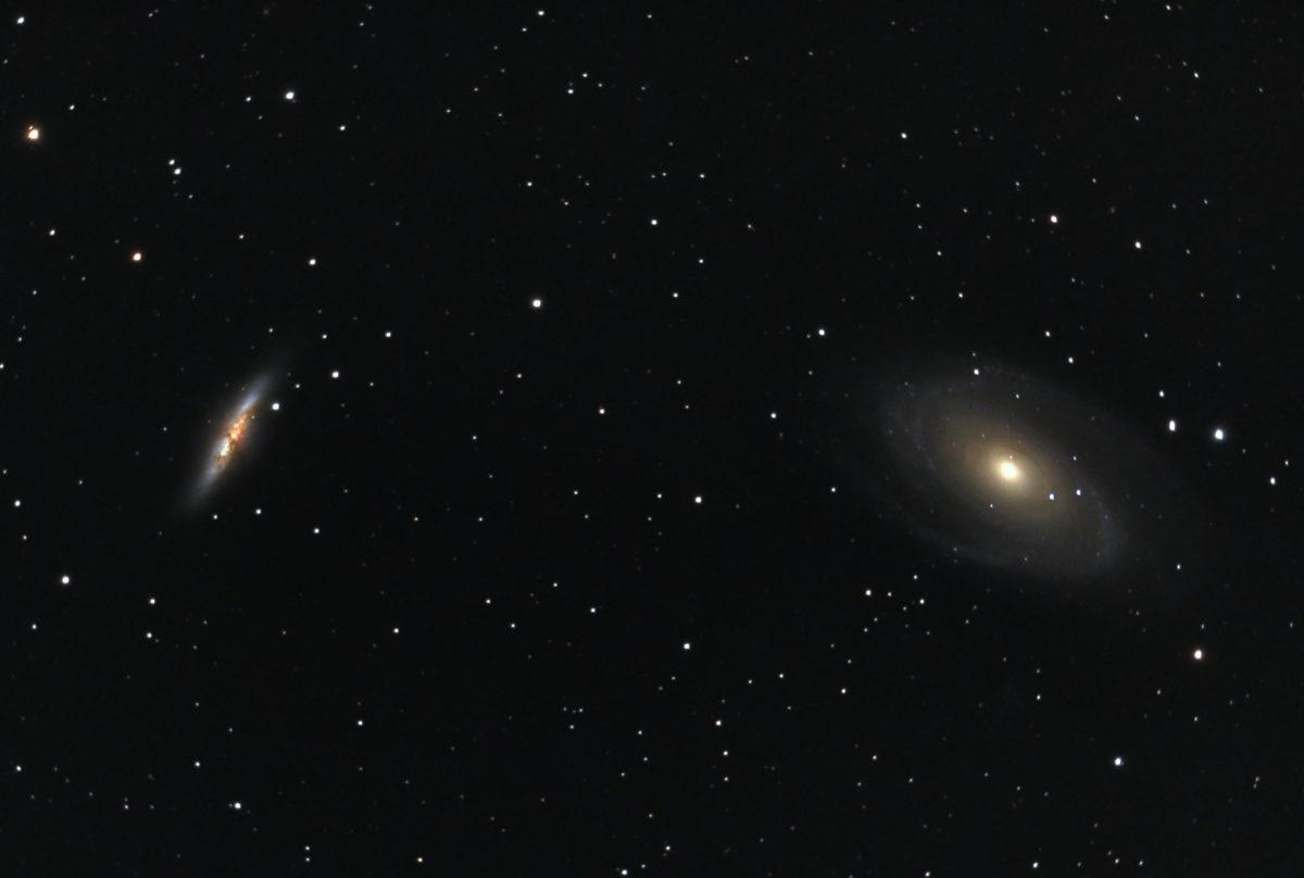 口径15.2cm反射望遠鏡(LXD-55)/F5/PENTAX-KP/ISO25600/ダーク減算なし/ソフトビニングフラット/露出30秒×101枚を加算平均コンポジットした2018年03月17日23時14分21秒から撮影したM81とM82(葉巻銀河)のメシエ天体写真です。