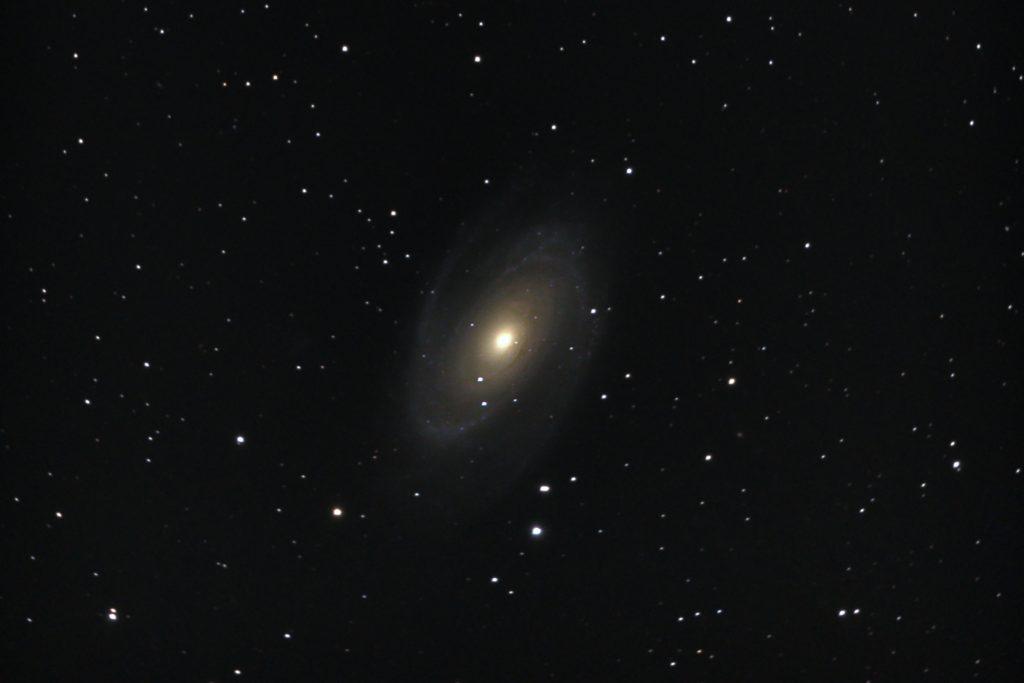 口径15.2cm反射望遠鏡(LXD-55)/F5/PENTAX-KP/ISO25600/ダーク減算なし/ソフトビニングフラット/露出30秒×101枚を加算平均コンポジットした2018年03月17日23時14分21秒から撮影したM81のメシエ天体写真です。