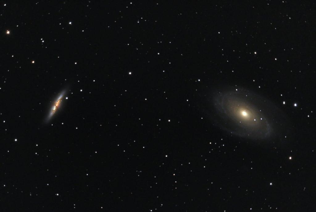 2018年03月17日23時14分21秒からミードの口径15.2cmF5の反射望遠鏡LXD-55とリコーの一眼レフカメラPENTAX-KPでISO25600/露出30秒で撮影して101枚を加算平均コンポジットしたフルサイズ換算約1955mmのM82(葉巻銀河)とM81のメシエ天体写真です。