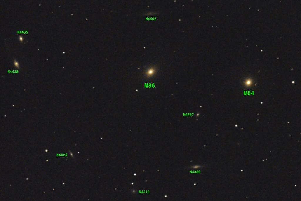 2017年01月04日04時36分24秒からミードの口径15.2cm/F5の反射望遠鏡LXD55とキャノンの一眼レフカメラEOS KISS x7iでISO6400/露出30秒で撮影して10枚を加算平均コンポジットしたフルサイズ換算約2366mmの【右】M84【中央】M86(中央)とおとめ座銀河団(マルカリアンの鎖)の天体写真です。