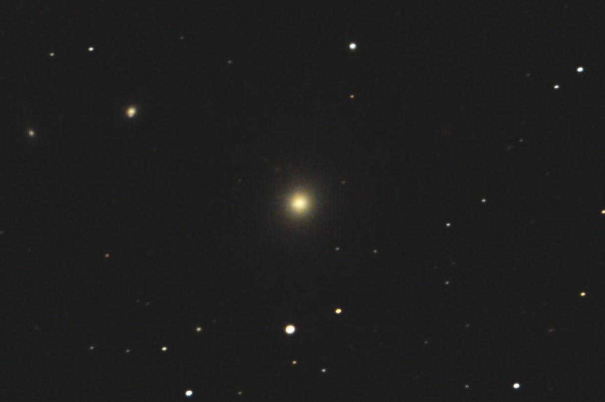 口径20cm反射望遠鏡/F5/EOS KISS X2/ISO1600/dark1/ソフトビニングフラット補正/露出180秒×1枚の2017年05月01日00時45分に撮影したM87(おとめ座A電波源)のメシエ天体写真です。
