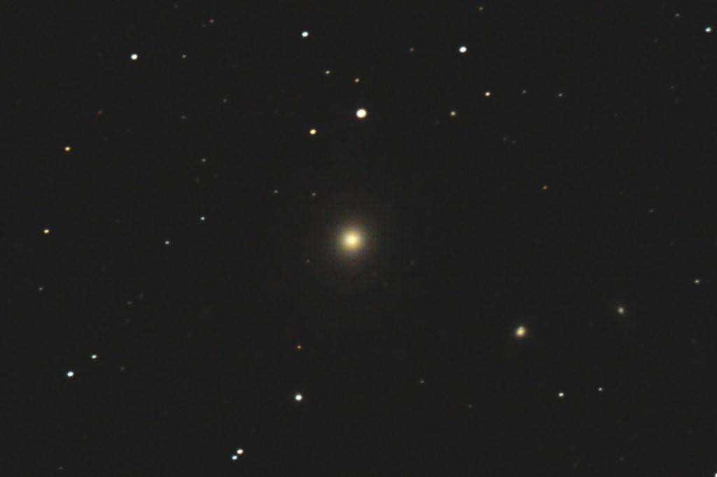 2017年05月01日00時45分からケンコーの口径20cm反射望遠鏡/F5のNEW Sky Explorer SE200Nとキャノンの一眼レフカメラEOS KISS X2でISO1600/露出180秒×jpeg1枚で撮影したフルサイズ換算約3768mmのM87(おとめ座A電波源)のメシエ天体写真です。