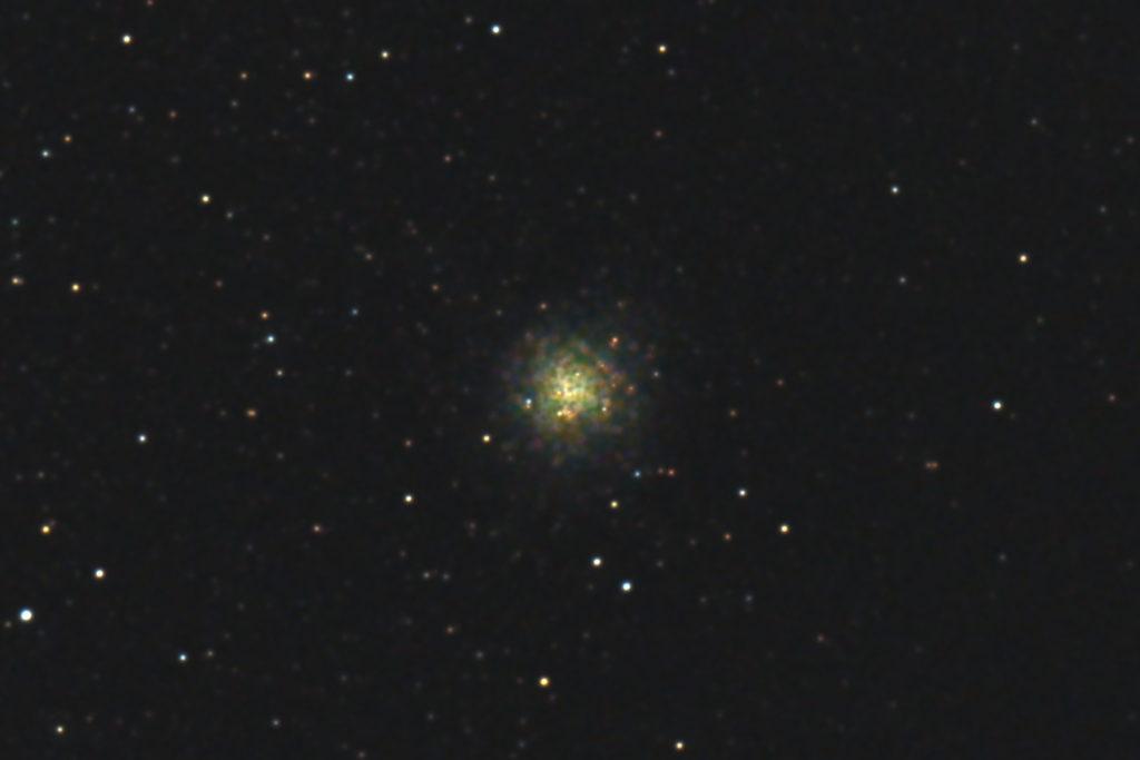 2017年09月24日19時36分21秒から15.2cmF5の反射望遠鏡「ミードLXD-55」とリコーの一眼レフカメラPENTAX-KPでISO25600/露出3秒で撮影した30枚を加算平均コンポジットしたフルサイズ換算約4866mmのM9(球状星団)のメシエ天体写真です。