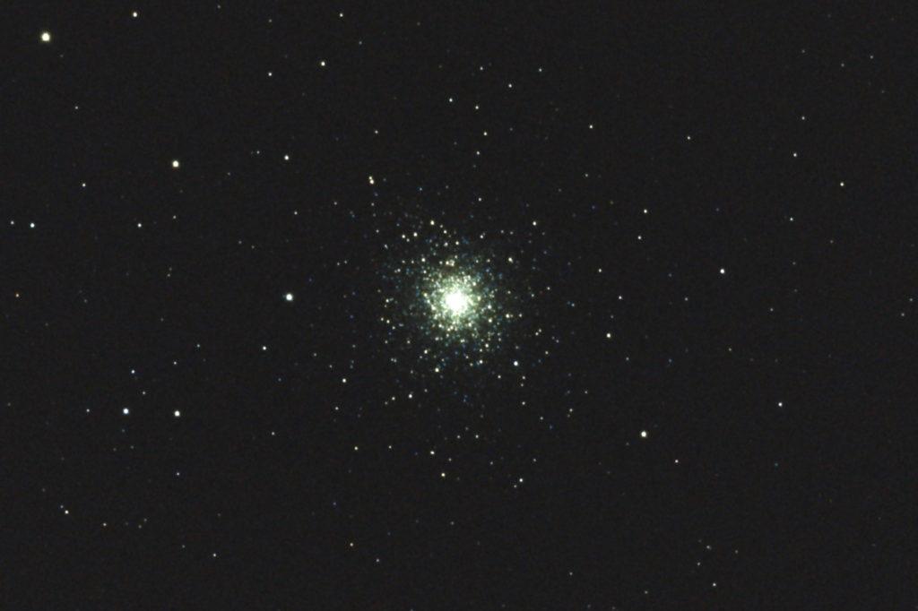 2017年8月30日21時13分11秒から15.2cmF5の反射望遠鏡「ミードLXD-55」とリコーの一眼レフカメラPENTAX-KPでISO25600/露出8秒で撮影して16枚を加算平均コンポジットしたフルサイズ換算約3577mmのM92のメシエ天体写真です。