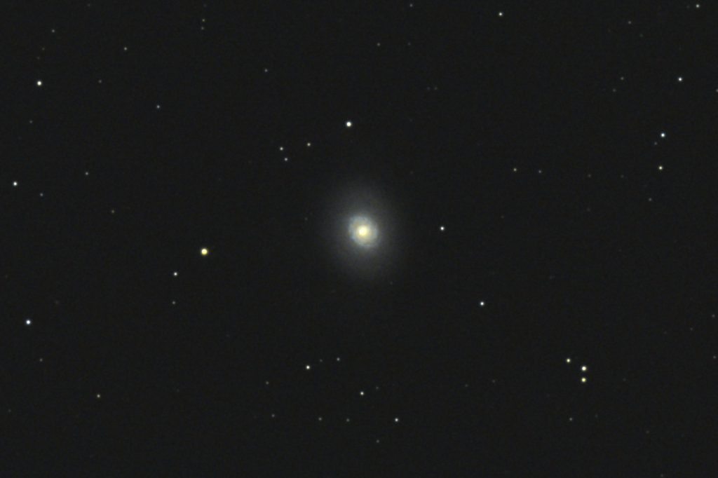 2017年01月04日02時16分21秒からミードの口径15.2cmF5の反射望遠鏡LXD-55とキャノンの一眼レフカメラEOS KISS X7iでISO6400/露出30秒で撮影して10枚を加算平均コンポジットしたフルサイズ換算約3282mmのM94のメシエ天体写真です。