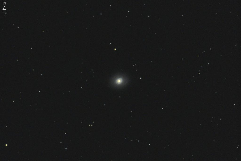 2017年01月04日02時16分21秒からミードの口径15.2cmF5の反射望遠鏡LXD-55とキャノンの一眼レフカメラEOS KISS X7iでISO6400/露出30秒で撮影して10枚を加算平均コンポジットしたフルサイズ換算約1830mmのM94のメシエ天体写真です。