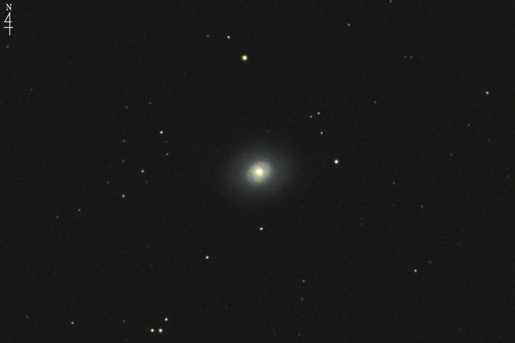 2017年01月04日02時16分21秒からミードの口径15.2cmF5の反射望遠鏡LXD-55とキャノンの一眼レフカメラEOS KISS X7iでISO6400/露出30秒で撮影して10枚を加算平均コンポジットしたフルサイズ換算約3084mmのM94のメシエ天体写真です。