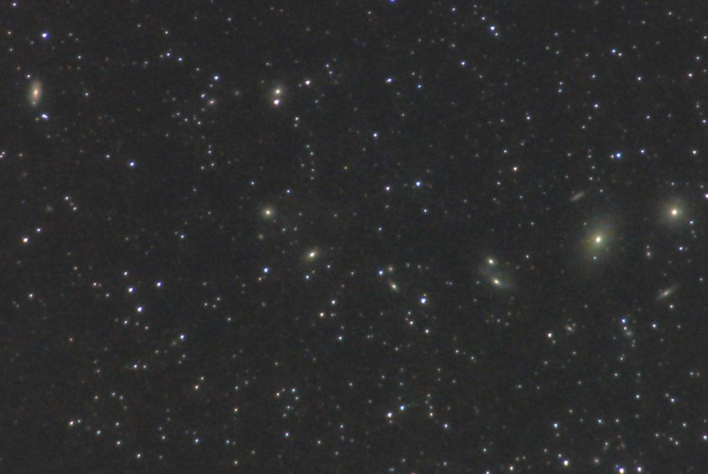 一眼カメラとカメラレンズで撮影したマルカリアンの鎖(マルカリアンチェーン)の天体写真です。撮影日時は2019年05月03日23時07分06秒から。PENTAX KP/TAMRON AF18-200mm F3.5-6.3 XR DiII/フルサイズ換算約845㎜/ISO25600/F6.3/露出30秒/67枚を加算平均コンポジット/ダーク減算なし/ソフトビニングフラット補正です。